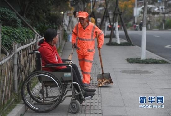 龙岩新罗有一种爱叫坐着轮椅陪你扫马路